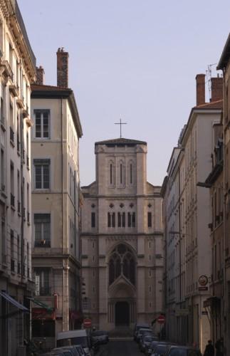 La façade discrète de l'église, située rue de Marseille, photographiée depuis la rue de Bonald et le quai Claude-Bernard.