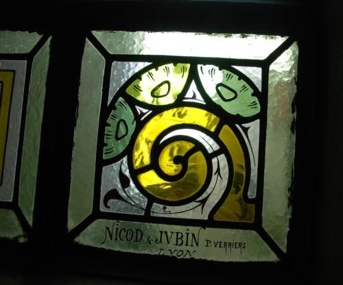 Nicod et Jubin, Détail d'une verrière civile située dans la cage d'escalier d'un immeuble de la place Ollier.