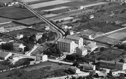 Vue aérienne de la minoterie Peyer (Savigneux) ; carte postale vers 1930.