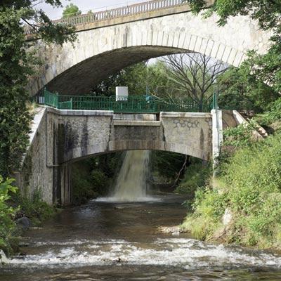 Pont-canal au-dessus du Vizézy, enjambé par un pont ferroviaire à Savigneux.