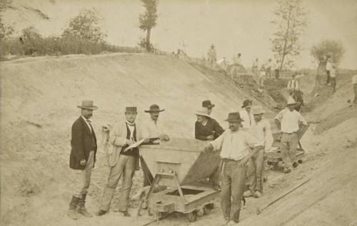 Ouvriers employés à la construction du canal ; les déblais et remblais sont transportés à la brouette ou à l'aide de wagonnets circulant sur des rails.