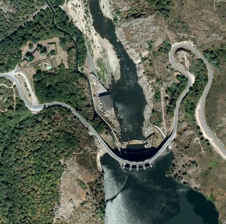 Vue aérienne du barrage de Grangent et du départ du canal du Forez (Loire)