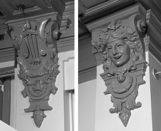 Aile Guimet, grande salle du premier étage carré : console ornée d'une lyre et d'une cloche (à gauche) et d'un masque de femme et d'un grelot (à droite).