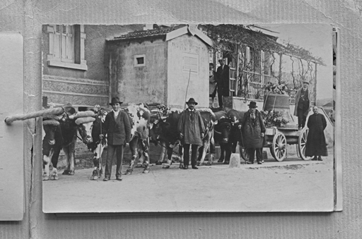Fig. 9. Le chargement de la cloche à la gare de Montbrison – Savigneux (carte postale, éditée dans le recueil SOUVENIR DE VERRIÈRES - BENEDICTION DU GROS BOURDON DE LA VICTOIRE / LA JEANNE D'ARC / 10 MAI 1931). Repro. Thierry Leroy © Région Rhône-Alpes, Inventaire général du patrimoine culturel, ADAGP, 2014 / Coll. Part.