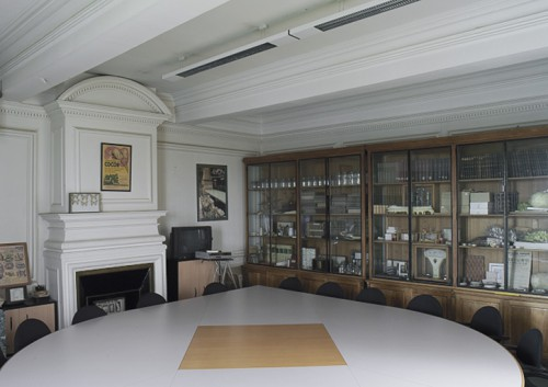 Salle de réunion et armoire des curiosités.