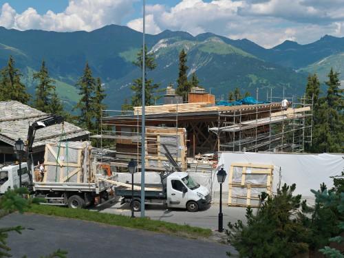Panneaux des façades et des murs intérieurs protégés par des films plastiques et une armature bois (formant des caisses), chargés sur les camions de transport.