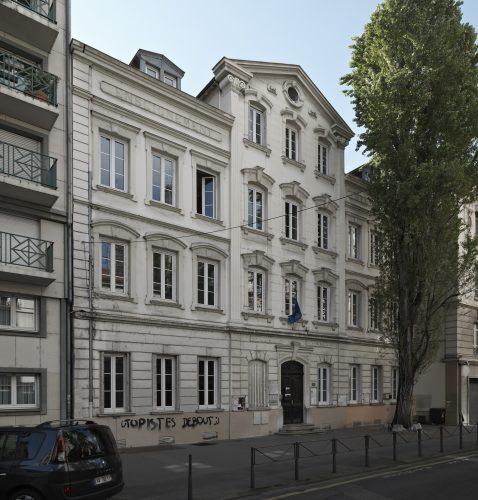 Ill. 2 : L'immeuble sur rue, vue générale (Eric Dessert © Région Auvergne-Rhône-Alpes, Inventaire général du patrimoine culturel, 2016 – ADAGP)