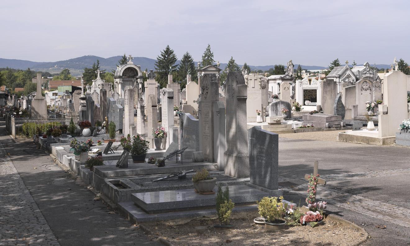 Vue partielle de la partie sud du cimetière. A l'arrière-plan, les monts du Beaujolais. 2008. Phot. Didier Gourbin © Région Auvergne-Rhône-Alpes, I.G.P.C., ADAGP, 2008