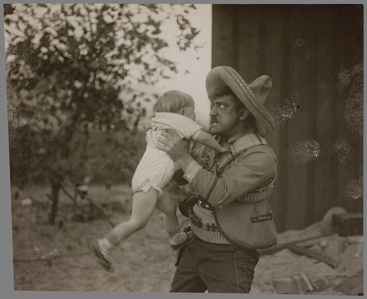 Idem. On notera le flou du pied droit de l'enfant dans cette photo qui n'est pas posée. Coll. Cinémathèque française. D.R.