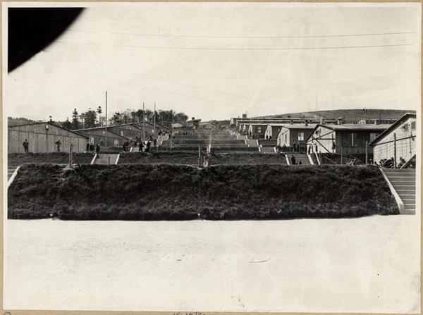 Vue d'ensemble des baraquements, depuis le bas des gradins, à partir de 1945 (fonds Denkmalarchiv).