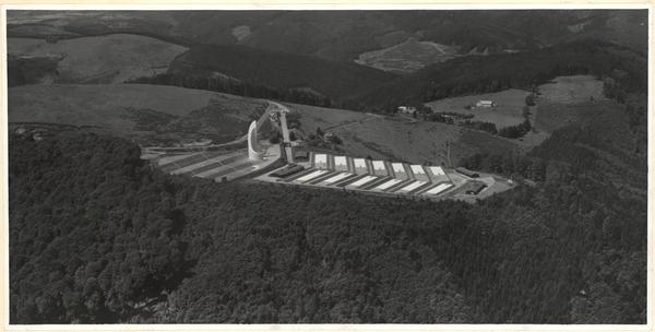 Photo aérienne présentant la réalisation de la Nécropole nationale au début des années 1960 (fonds Denkmalarchiv).