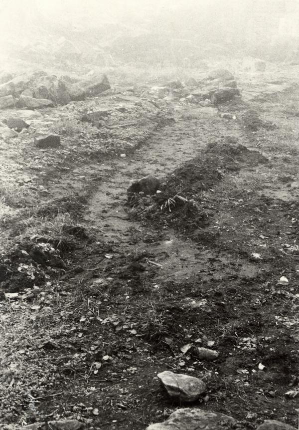 Traces d'effraction sur le sol du dallage. Photographie, Agence des bâtiments de France, 1980 (fonds Denkmalarchiv)