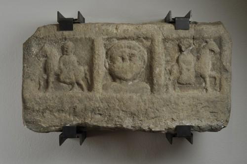 Relief  découvert lors des fouilles archéologiques sous le pilier nord de la cathédrale de Strasbourg (© Phot. Musées de Strasbourg)