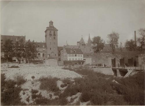 Vue devant la porte de l'Hôpital à Strasbourg. Auteur : Jules Manias, 1906 (Denkmalarchiv, DRAC Alsace)