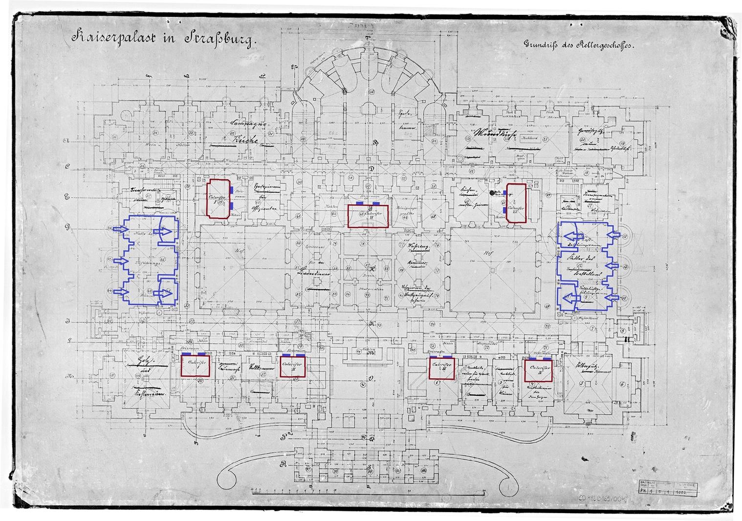 Plan du niveau rez-de-cour. En bleu : les pièces communiquant avec les sauts-de-loup et les galeries du niveau inférieur ; en rouge : les calorifères, s.d. (fonds Denkmalarchiv © DRAC Alsace)