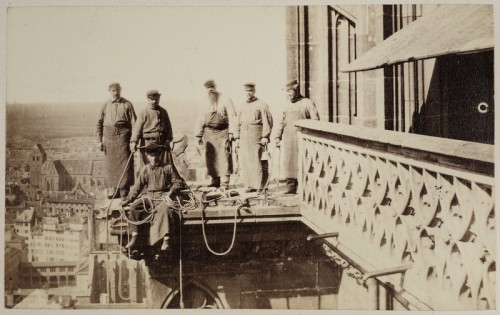 Ouvriers sur la plate-forme dominant la façade lors des restaurations post 1870 (Cabinet des Estampes et des Dessins, Musées de la Ville de Strasbourg)