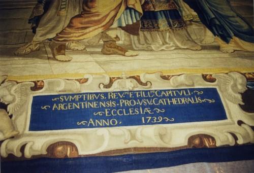 """Cartouche retissé en bas de chaque tapisserie, rappelant l'achat des tapisseries en 1739 par le chapitre de la cathédrale de Strasbourg : """"Acquis par le très révérend et très illustre chapitre de Strasbourg à l'usage de l'église cathédrale en 1739. Cliché : Gilbert Poinsot (DRAC Alsace)"""