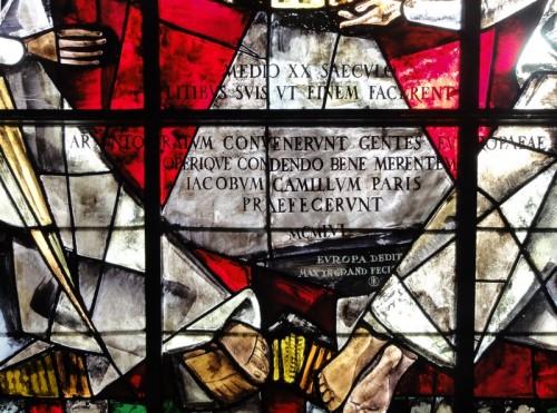 Inscription au bas du vitrail de l'Europe. Cliché : Olivier Munsch (DRAC Alsace)