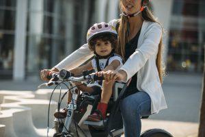 Emmener son enfant à vélo à ses « activités », un idéal de « superwoman » bien dans l'air du temps…