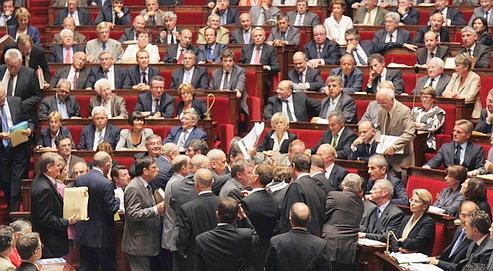 Des députés communistes tentent d'apporter une pétition à François Fillon à l'Assemblée, déclenchant une suspension de séance (AFP / J. Demarthon)