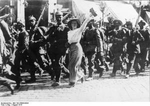 Foto: Auszug deutscher Soldaten aus ihrer Garnisonsstadt, 1. August 1914| Bundesarchiv, Bild 183-25684-0004 | CC-BY-SA 3.0 DE
