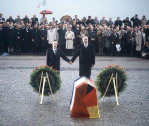 Ein Bild, das Geschichte schrieb: François Mitterrand und Helmut Kohl ehren in Douaumont Hand in Hand die deutschen und französischen Gefallenen, 22.09.1984