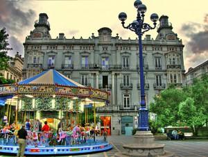 Plaza, palacio y tiovivo