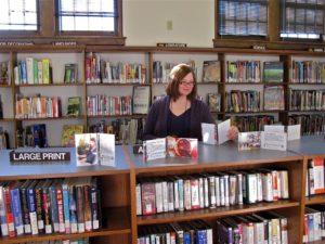 The librarian looks, photographie de la bibliothécaire Katrina Hartz Taylor par Media Mike Hasard