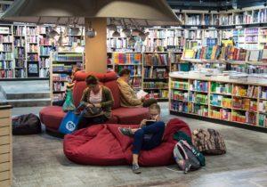 Les lecteurs en librairie