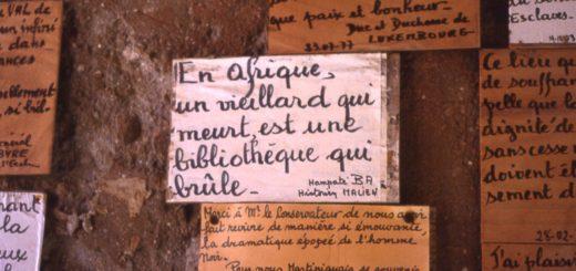 Écritures sur un mur au Sénégal.