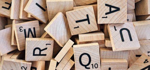 Ensemble de lettres mélangées, représentant la dyslexie.