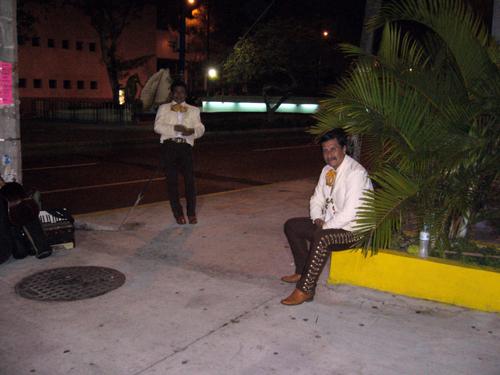 Des mariachis attendant le client sur l'avenue Diaz Miron