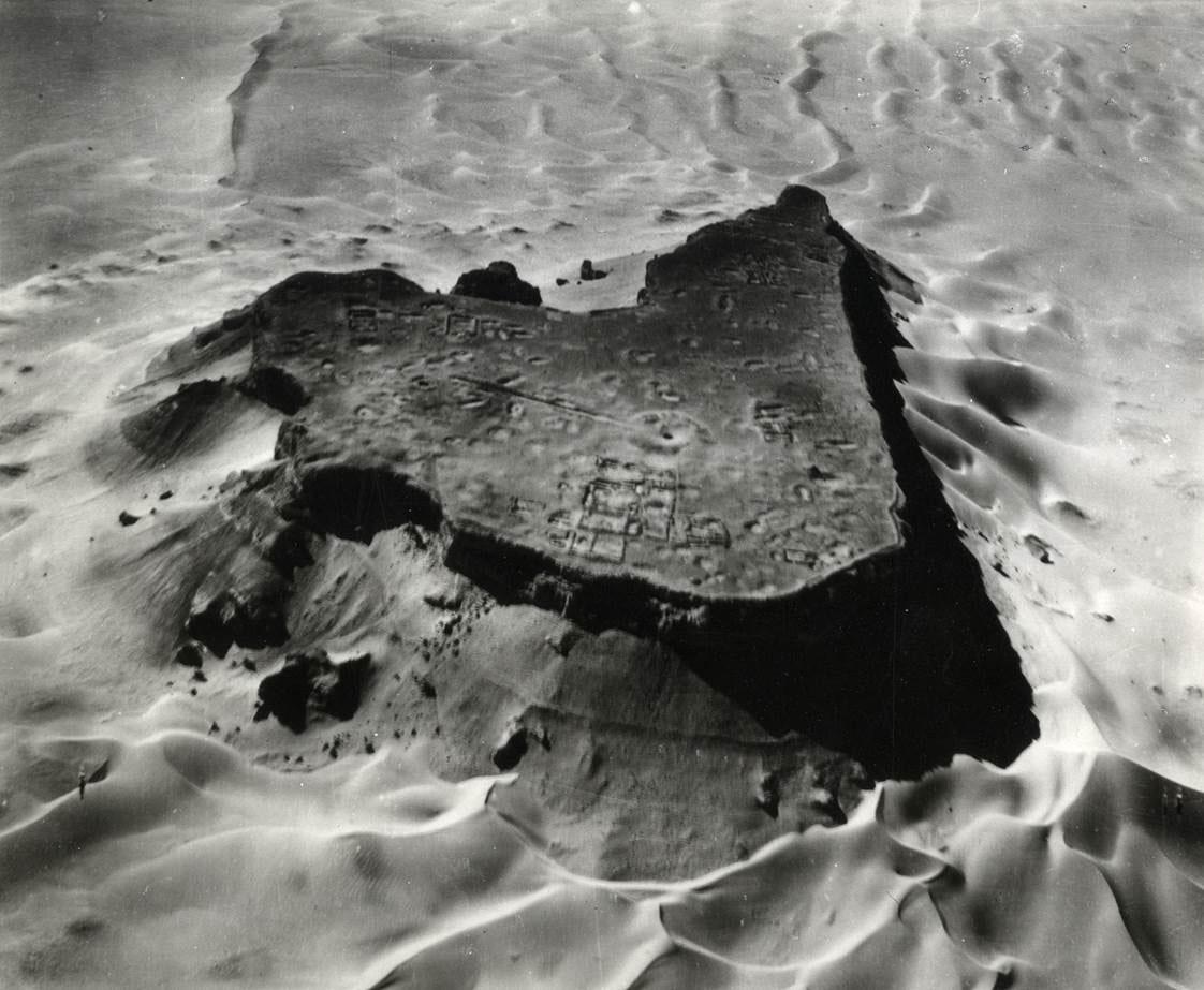 """Le Djebel al-Ubbad, ou """"sommet des dévôts"""", photo aérienne réalisée pour M. van Berchem en 1950, Archives de la Fondation van Berchem, Genève"""