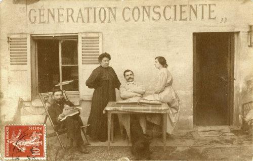 """Eugène Humbert, Jeanne Humbert et Eugénie de Bast devant le siège du journal """"Génération consciente"""", 1909"""