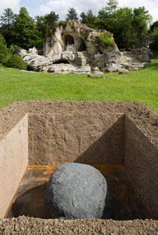 Relatum - La Tombe, hommage à André Le Nôtre, 2014  Lee Ufan  Courtesy the artist ; kamel mennour, Paris and Pace, New York © Tadzio
