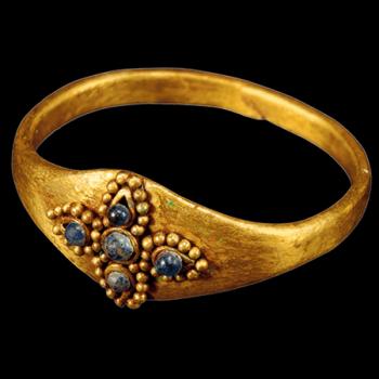Bague en or, trouvée dans le tertre Sud de la Grande tombe de Hwangnam皇南大塚南墳, Ve siècle de notre ère, époque du Silla, Kyŏngju, province du Kyŏngsang du Nord © Kyushu National Museum.