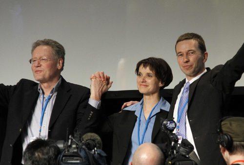 V.l.n.r.: Konrad Adam, Frauke Petry, Bernd Lucke auf dem Gründungsparteitag der AfD (2013) (CC)