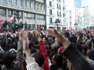 mid-Moment_historique_de_la_Révolution_Tunisienne_devant_le_Ministère_de_l'Intérieur_(DEGAGE)_-_Avenue_Habib_Bourguiba_-_Tunis_-_14.01.2011.ogg