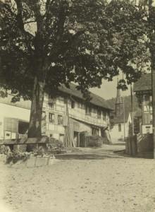 """Uhwiesen, Bauernhof _Zur Linde, """"Lindenbänkli"""" und Kirchgasse"""