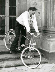 Josph Beuys - mit Fahrrad auf den Stufen des Düsseldorfer Schlossturms, aus Bestand: AEKR Düsseldorf 8SL 046 (Bildarchiv), 019_0073