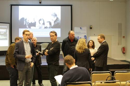 """Gespräche vor der Podiumsdiskussion während der Konferenz """"Offene Archive"""" 2019"""
