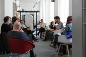 Blick in der Workshopraum mit dem Sitzkreis der Teilnehmenden