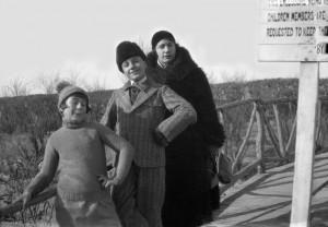 Son épouse, Thérèse Bontemps,  et leurs deux enfants : Jacqueline et Jean Prochainement en ligne sur Virtual Tianjin : ID 31707 -  Cote IHTP  ARC 3022