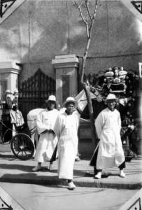 Scène d'enterrement chinois, le blanc étant la couleur du deuil en Chine (prochainement en ligne sur Virtual Tianjin : ID 31536 - Fonds Bontemps IHTP cote 3022