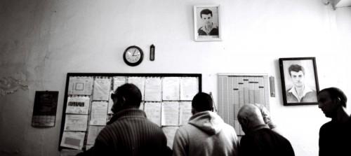 Devant les bulletins, électeurs et martyrs, Boufarik, 17 avril 2014 ©Malika Rahal