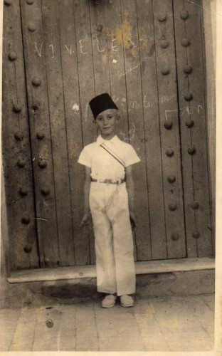 Sadek Hadjerès, à l'âge de 10 ans, lorsque la société gymnique de Berrouaghia était parvenue à fournir à ses membres des tenues blanches et chechias stambul rouges, Archives privées ©Inas éditions.