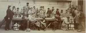 Fremy (à gauche) et ses élèves : manipulations sur la paillasse extérieure  (Cliché : Petit 1881) Bibliothèque Centrale MNHN