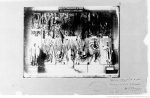 """Photographie d'une vitrine du Musée d'ethnographie de Paris: """"arts et industries des nègres d'Afrique"""" Source : Bibliothèque nationale de France, département Société de Géographie, SGE SG WE-22"""