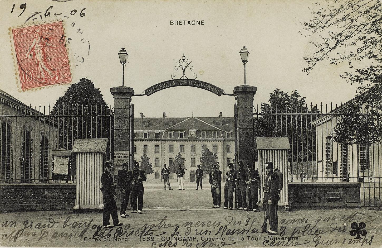 L'entrée de la caserne de La Tour d'Auvergne où le 48e RI tient garnison, carte postale. Musée de Bretagne: 972.0018.207.