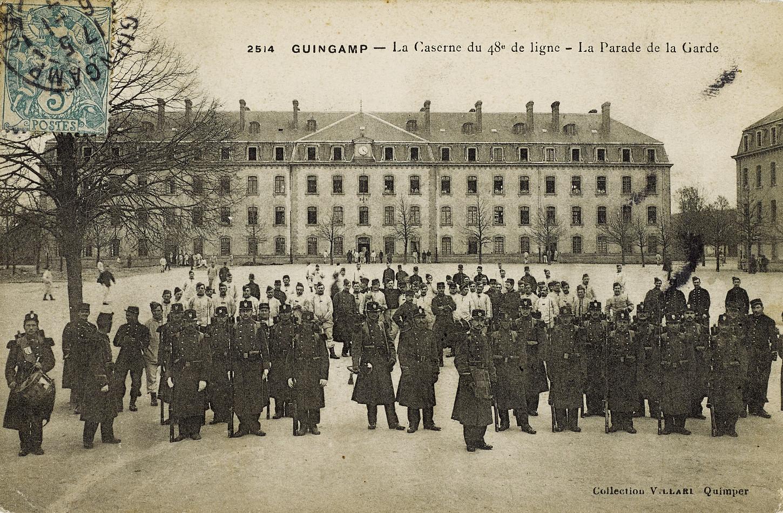 La parade de la garde du 48e RI, carte postale. Musée de Bretagne: 972.0018.205. Sur le cliché on aperçoit un tambour mais nul biniou ni bombarde.